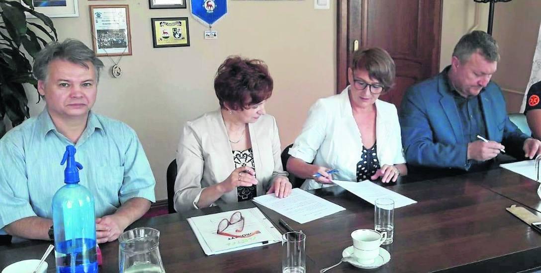 Podpisanie umowy dofinansowania karetki przez gminę Rzepin. Od prawej: burmistrz Dudzis i prezes Krasowska - Marczyk