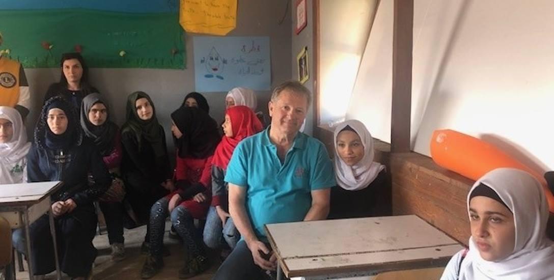 Poznański Lion Mariusz Szeib wśród uczennic szkoły w Arsal w Libanie. Uczęszczają do niej dzieci uchodźców. Dla tych dziewcząt szkoła jest jedyną szansą,