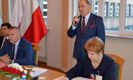 Starosta Janusz Zarzeczny na sesji Rady Miejskiej Stalowej Woli mówił o potrzebach szpitala