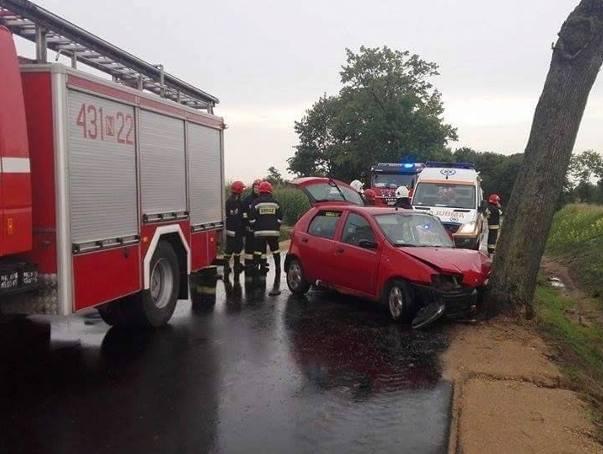Trasa Prostki - Kurzątki. Fiat uderzył w drzewo. Cztery osoby ranne (zdjęcia)