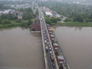 Powódź w Małopolsce. Policyjny Black Hawk monitoruje sytuację powodziową