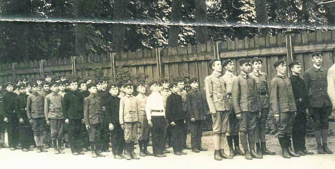 Białostoccy skauci z drużyny im. ks. Józefa Poniatowskiego w 1916 roku. Ze zbiorów Muzeum Podlaskiego w Białymstoku.