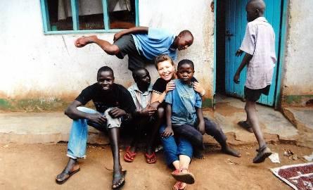 Większość wychowanków sierocińca stanowią chłopcy. Na zdjęciu z Agnieszką Osiną.
