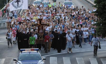 """Pielgrzymi przeszli z kościoła Salezjanów na przemyski Rynek, gdzie odbył się """"Wieczór Chwały"""" i adoracja najświętszego sakramentu"""