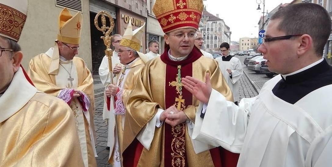 Biskup wręczył dekrety kapłanom. Do której parafii przjdzie nowy ksiądz?
