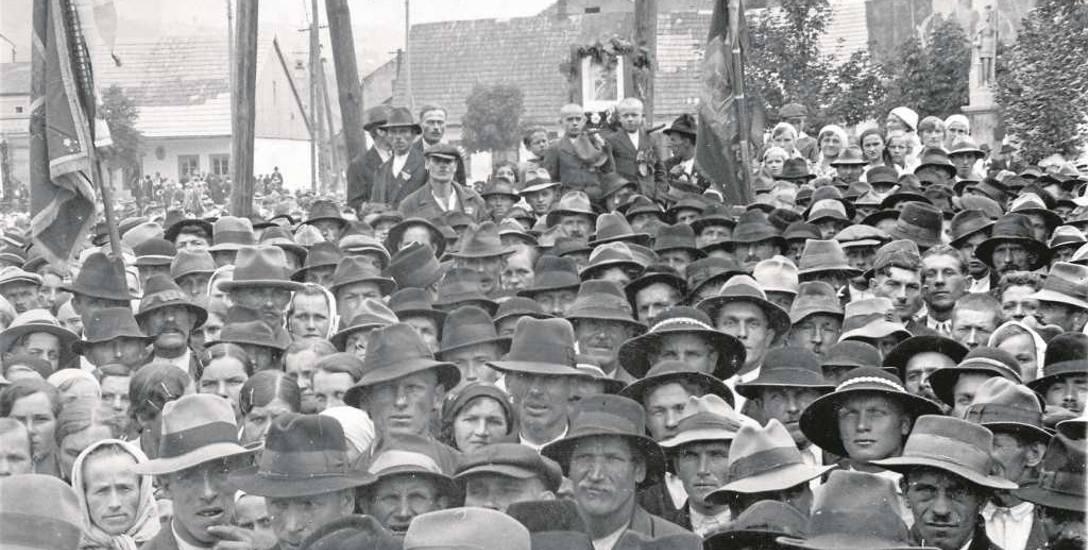 """Wiec ludowców na Rynku  w Limanowej w latach trzydziestych  XX wieku. Zdjęcie z archiwum """" Echa Limanowskiego"""""""