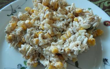 Sałatka chrupiąca z tuńczyka, ryżu i kukurydzy.