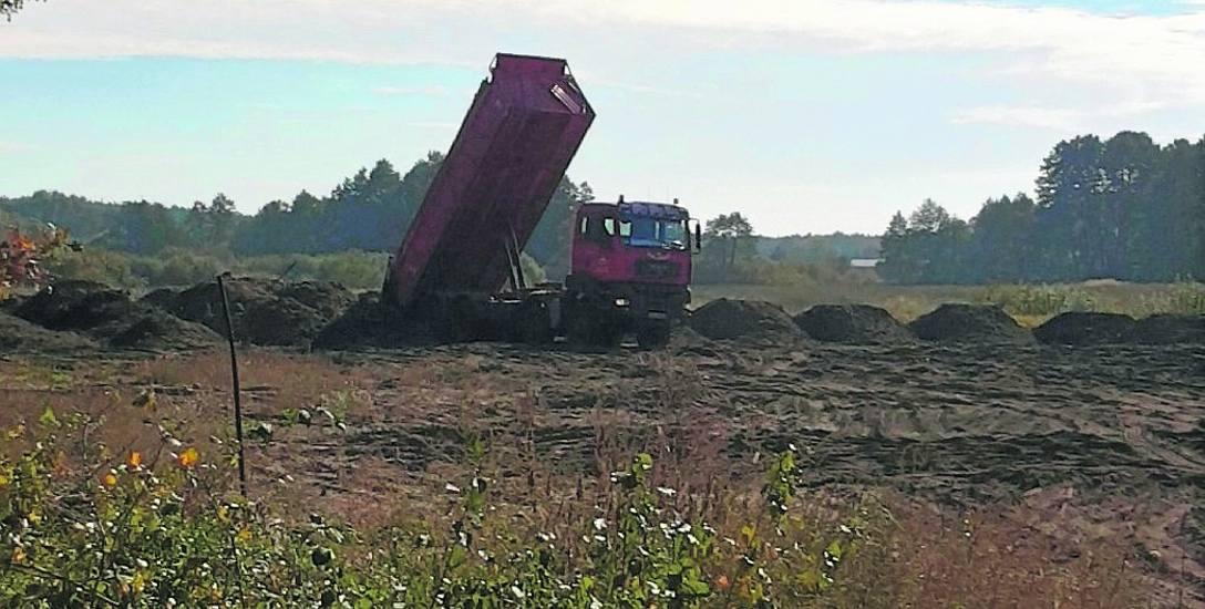 Tę ciężarówkę, wysypującą ziemię na śródleśną łąkę sfotografowaliśmy tydzień temu