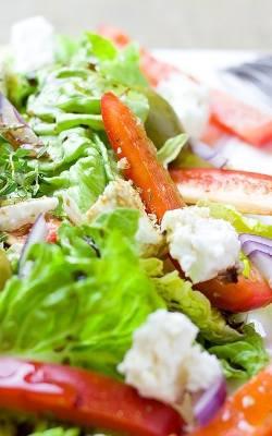 Sałatka grecka: z kurczakiem czy z serem feta - co jest bardziej fit? Przepisy + kalorie