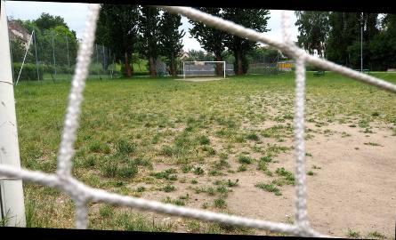 """Nawet jeśli na takiej murawie uda się prosto kopnąć piłkę albo nie """"utonąć"""" w kurzu - istnieje poważne ryzyko skręcenia kostki."""