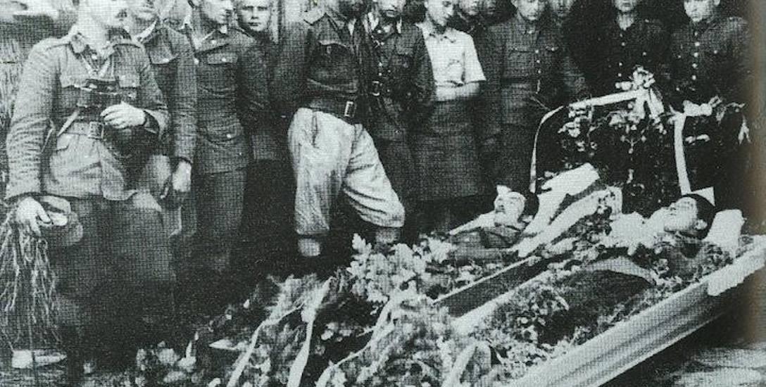 """Pogrzeb żołnierzy z oddziału Hieronim """"Zapory"""" Dekutowskiego, jednego z najsłynniejszych dowódcy żołnierzy wyklętych, 1946 rok."""