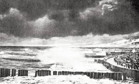 """Kiedyś szaniec od morza oddzielał kamienny nasyp. Na zdjęciu sztorm przy Szańcu Waldenfelsa (nazwasprzed wojny) – zdjęcie z albumu """"Ostsee Kolberg i."""