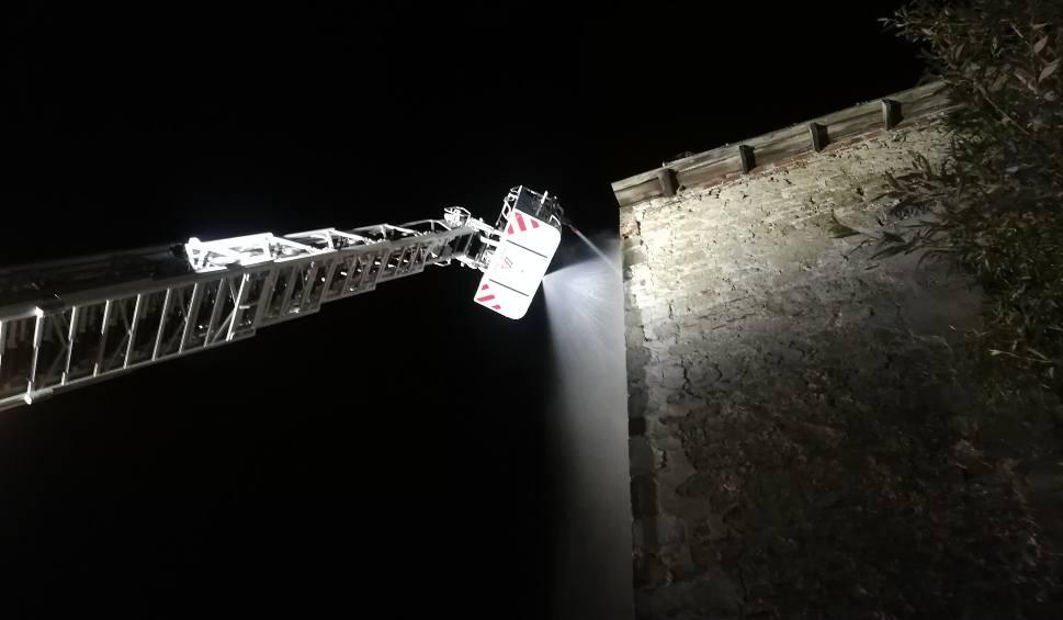 Film do artykułu: Nocny pożar w ruinach ćmielowskiego zamku. To prawdopodobnie podpalenie! [ZDJĘCIA]