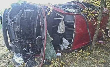 Volkswagen wypadł z drogi. Kierowca był reanimowany [ZDJĘCIA]