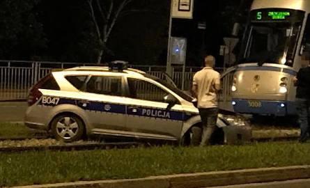 Radiowóz na torowisku. Policjanci spieszyli się na akcję i pojechali na skróty [ZDJĘCIA]