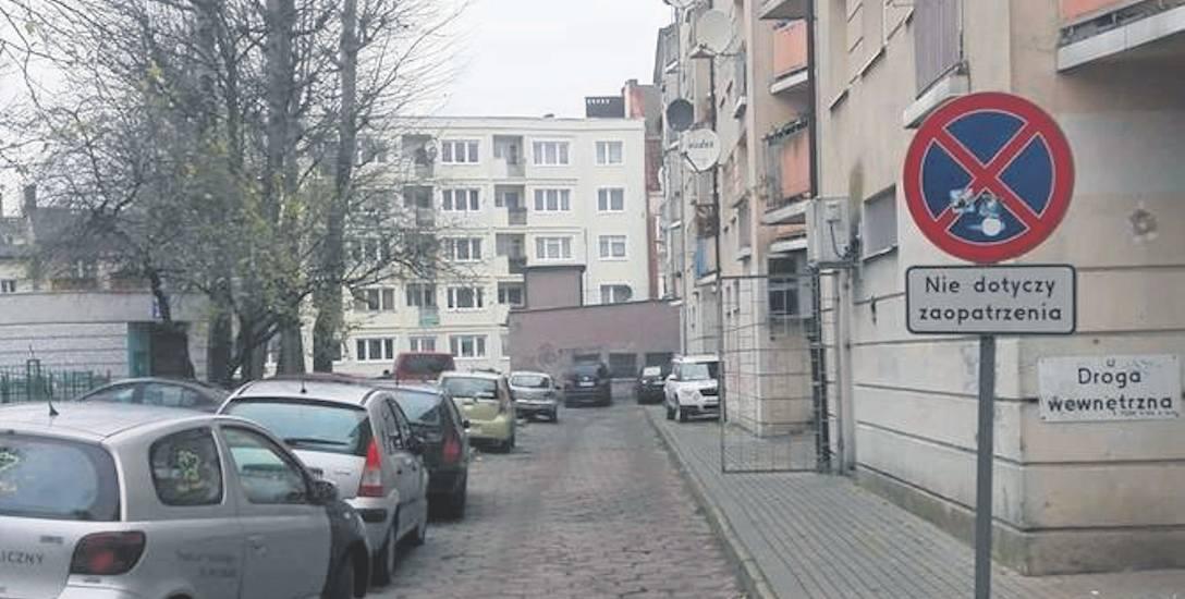 Straż miejska może interweniować tylko wtedy, jeśli teren jest oznakowany. Po prawej stronie drogi znaków zakazu nie ma