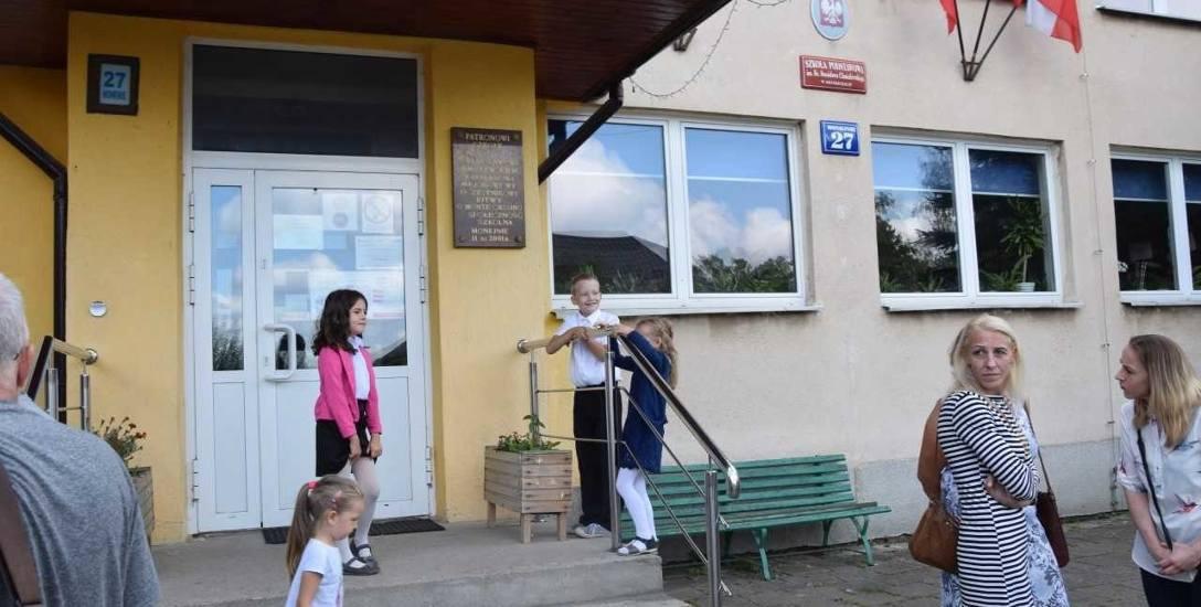 Uczniowie i ich rodzice codziennie przychodzą pod szkołę, ale drzwi są zamknięte