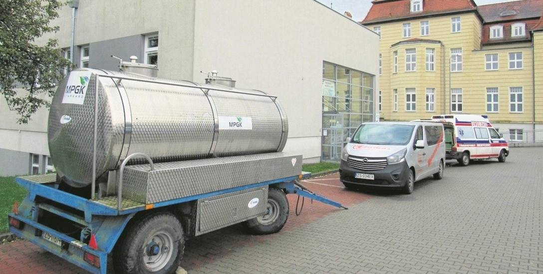 Na terenie szpitala przy ulicy Wojska Polskiego stanął beczkowóz z wodą Miejskiego Przedsiębiorstwa Gospodarki Komunalnej. W szpitalu używana jest teraz