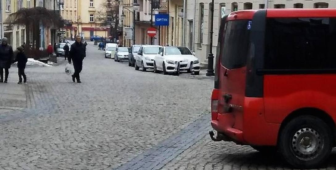 Tak zaparkowane auta to dość powszechny widok na Starówce w Przemyślu. Nz. ul. Franciszkańska.
