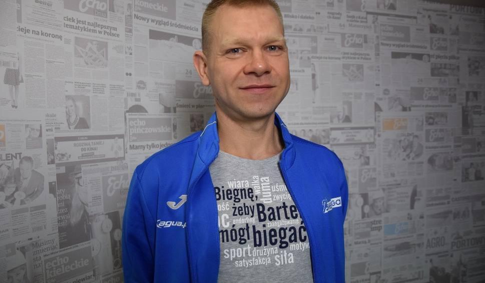 Film do artykułu: Biegacz amator z Kielc najlepszy z Polaków w maratonie w Dębnie. A zaczęło się od chęci zrzucenia zbędnych kilogramów