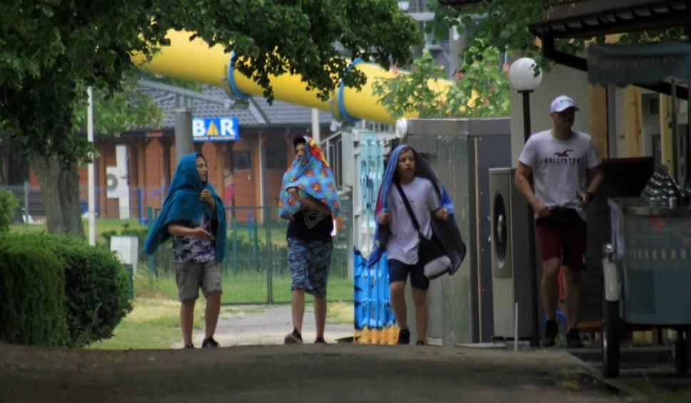 Film do artykułu: Relaks nad Zalewem Zemborzyckim przerwany przez obfite opady deszczu. Ul. Głęboka w Lublinie zamieniła się w rzekę. Zobacz zdjęcia i wideo