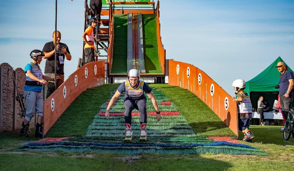 Film do artykułu: Pierwsze w historii zawody amatorów w skokach narciarskich w Ruczynowie. Zmierzyli się zawodnicy z całej Polski [WIDEO, ZDJĘCIA]