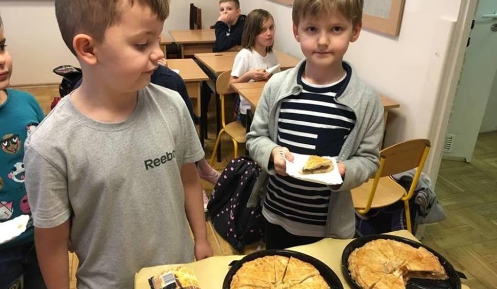 Film do artykułu: Lekcje pieczenia tradycyjnego ciasta Trzech Króli dla uczniow z radomskich szkół - smaczne ciasto zabawa tkwi w poszukiwaniu figurek
