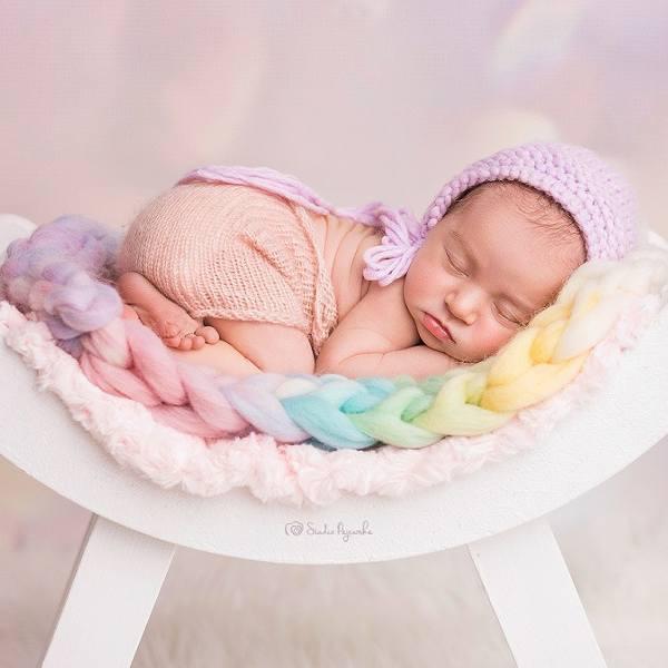 Sesja zdjęciowa noworodka to wzruszająca pamiątka na lata. Podpowiadamy, jak wybrać fotografa i jak przygotować dziecko