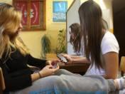 Nastolatki praktycznie nie rozstają się z telefonami.