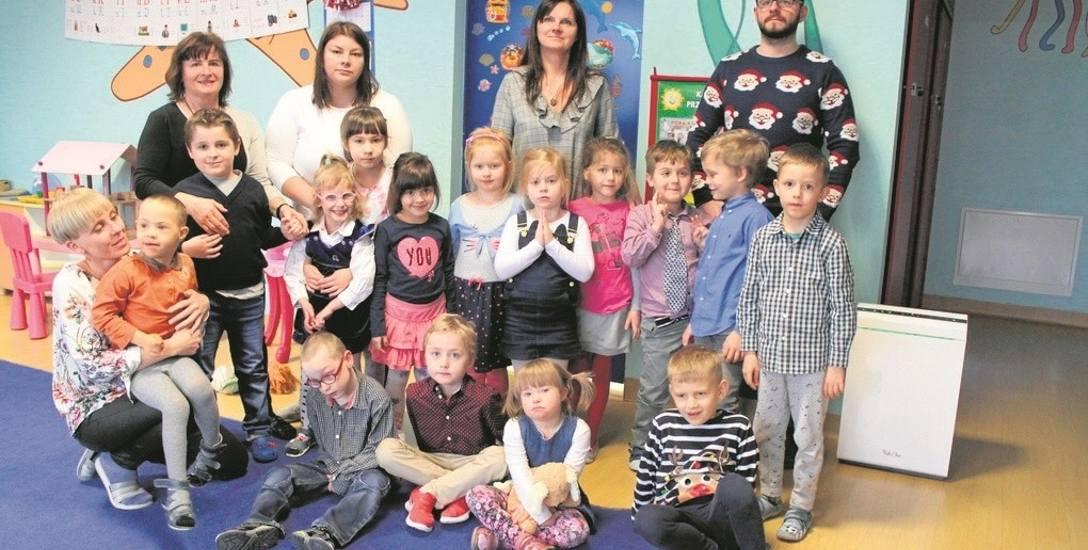 """Dzieci z przedszkola """"100 Bajek"""" w Chrzanowie oddychają lepszych powietrzem, dzięki dwóm oczyszczaczom powietrza (jeden z nich po prawej). Inne placówki"""