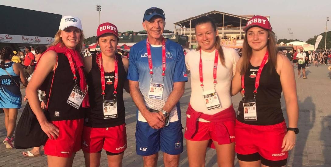 Zdjęcie z Dubaju. Od lewej: Monika Pietrzak, Katarzyna Paszczyk, Gordon Tietjens (trener Samoa), Marlena Mroczyńska i Natalia Pamięta