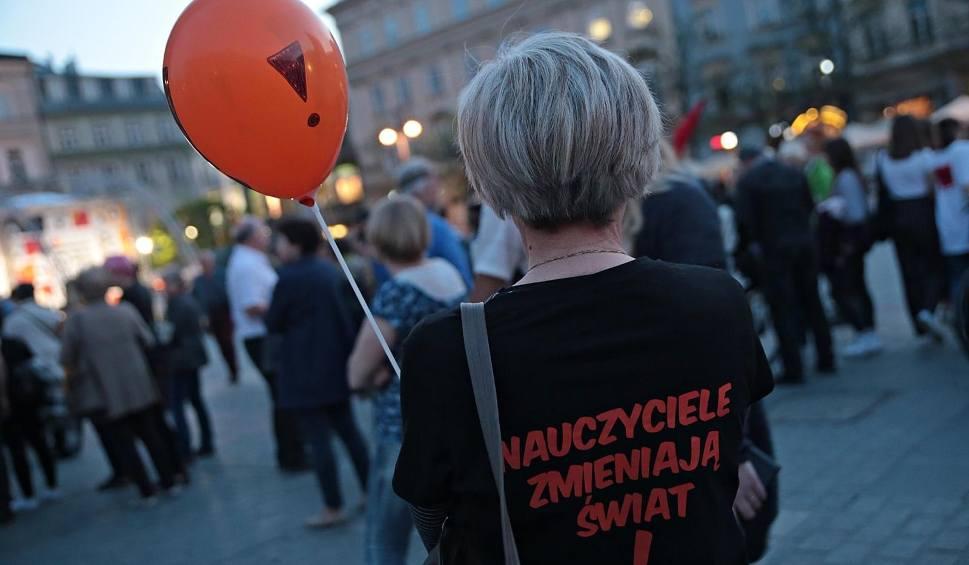"""Film do artykułu: Bezterminowy strajk nauczycieli - kiedy? Protest """"po włosku"""" rozpocznie się po wyborach"""