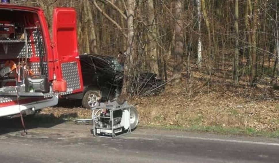 Film do artykułu: Wypadek. Mazda roztrzaskała się o drzewo. Kierowcę wycinali strażacy [ZDJĘCIA]