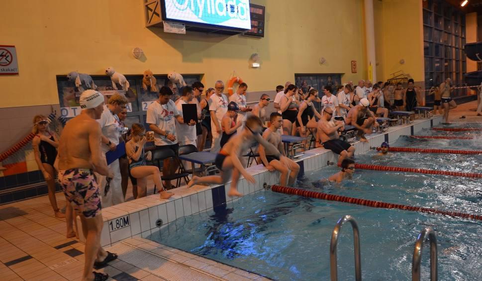 Film do artykułu: ŻARY. Otyliada 2019. W największym polskim nocnym maratonie pływackim w Żarach  popłynęło 51 zawodników. Zobaczcie zdjęcia!