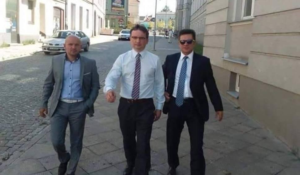 Film do artykułu: Centrum w Podzamczu, mąż posłanki, wybory w Tarłowie - Ziobro i Włosowicz na tropie afer