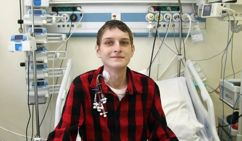 Film do artykułu: Wielki sukces lekarzy z Zabrza i Katowic. Przeszczepili płuca i wątrobę 21-letniemu pacjentowi. Rafał Kowalczuk czuje się świetnie