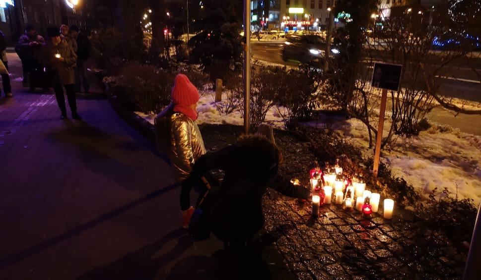 Film do artykułu: Mieszkańcy Nowej Dęby przeciwko przemocy. Płoną znicze pod portretem prezydenta Gdańska Pawła Adamowicza