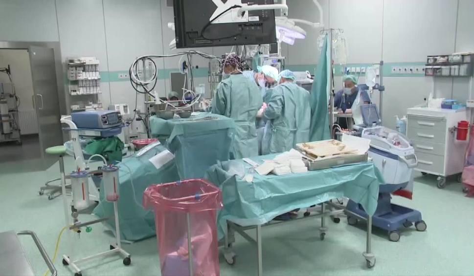 Film do artykułu: Skrajnie wychłodzonego mężczyznę uratowali lekarze w szpitalu w Wejherowie. Znaleziono go w parku w sylwestrową noc. Nie dawał oznak życia