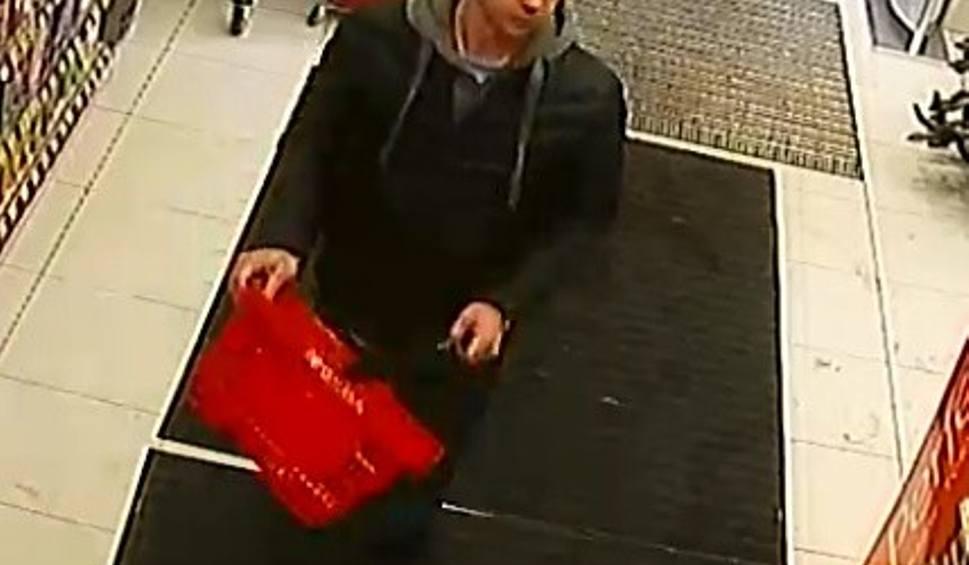 Film do artykułu: Białobrzegi. Rozpoznajesz szajkę złodziei grasujących w sklepie z kosmetykami Rossmann?