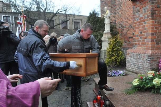 Trumna ze szczątkami proboszcza Michalskiego spoczęła w grobowcu zasłuzonych kapłanów przy konkatedrze