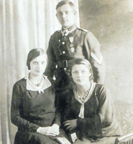 Mama Genowefa z Tabeńskich Goskowa (z lewej), siostra ojca Anna i ojciec, szef szwadronu w Korpusie Ochrony Pogranicza w Stołpcach. Wiosna 1935