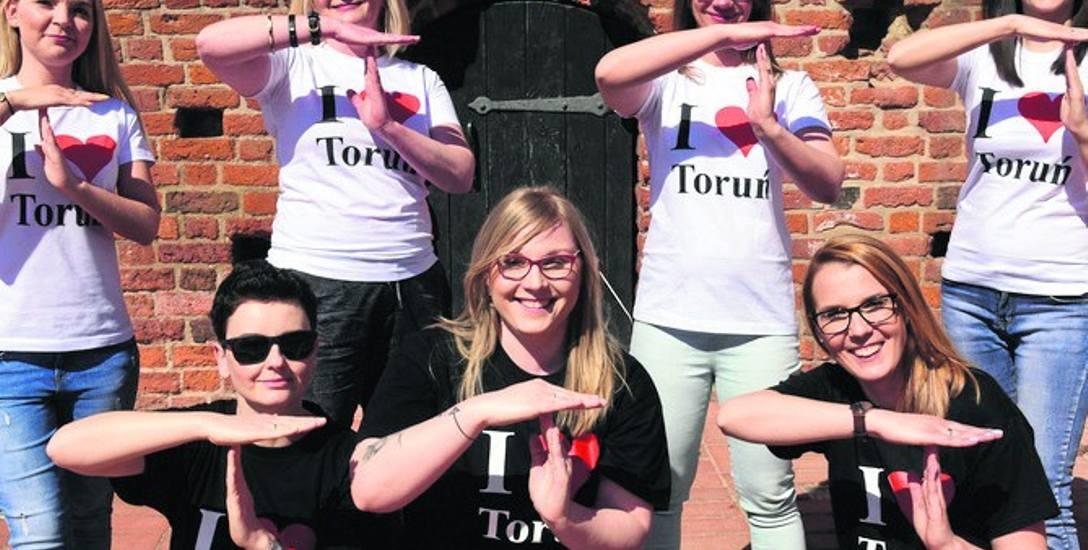"""T ułożone z rąk - to forma przyłączenia się do akcji """"Time for Toruń"""" i poparcie starań Torunia o organizację halowych mistrzostw Europy 2021"""