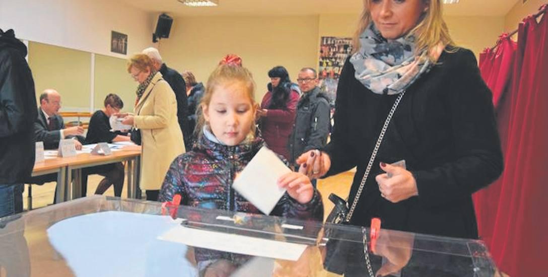 Druga tura wyborów burmistrzowskich w Szczecinku, głosowanie w SAPiK-u przy ulicy Wyszyńskiego