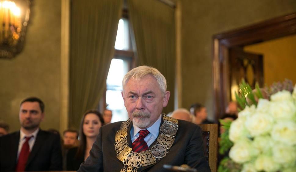 Film do artykułu: Szopka na pierwszej sesji Rady Miasta Krakowa. Przerwa za przerwą, bo radni nie potrafią wybrać przewodniczącego