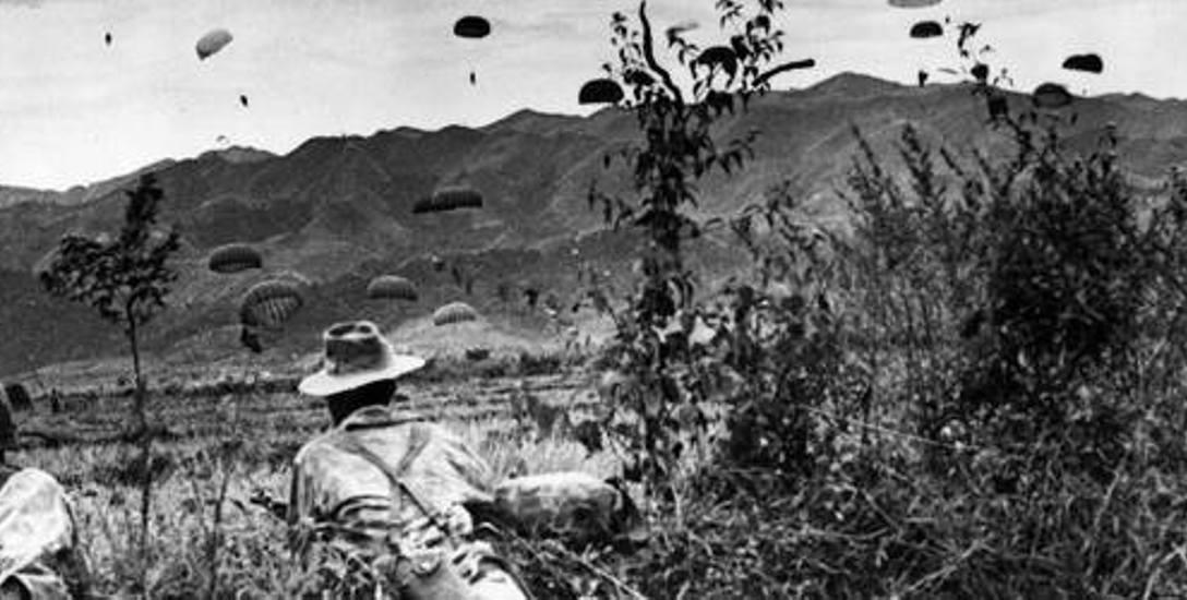 Francuscy żołnierze pod Dien Bien Phu obserwują desant swoich kolegów