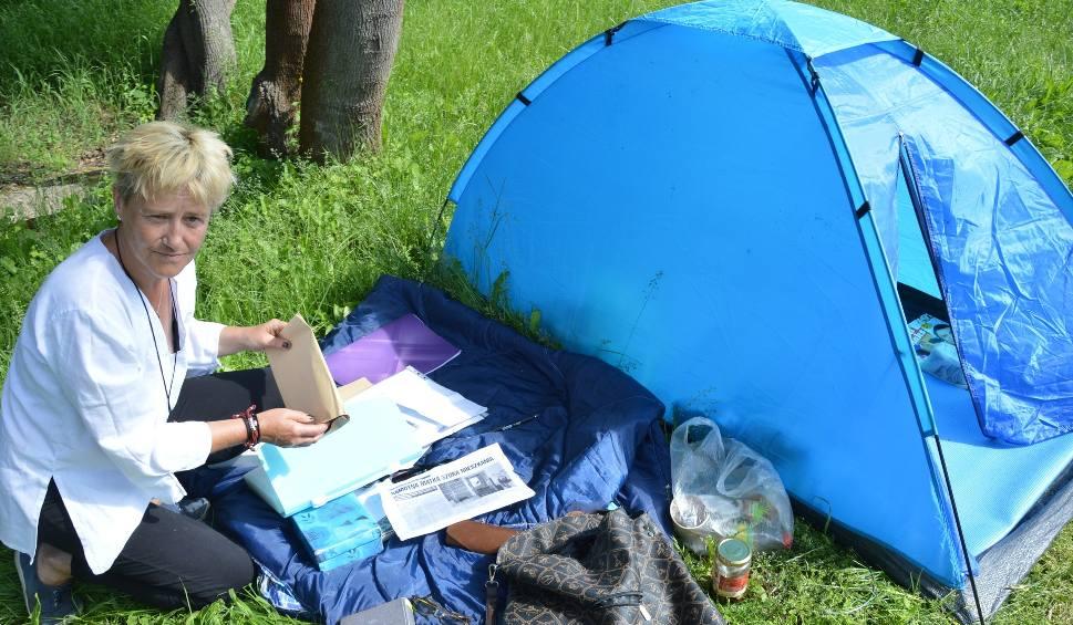 Film do artykułu: TORZYM: Marianna Nowak nie ma gdzie mieszkać, rozbiła więc namiot przed urzędem miejskim