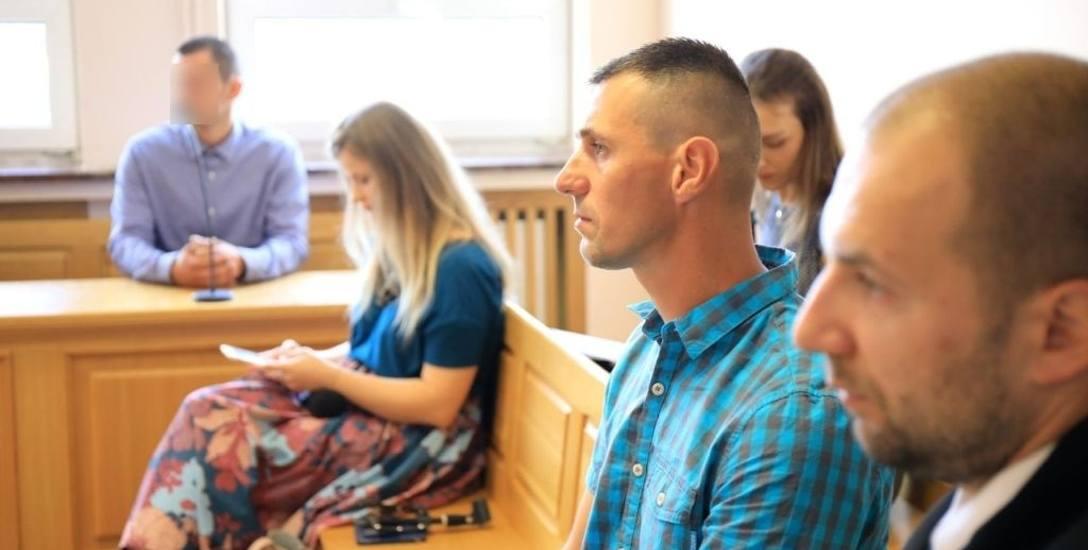 Na ławie oskarżonych - kierowca Stanisław G. Na sali sądowej widoczny też Paweł Paradowski, ojciec Kacperka (w koszuli w kratę) z adwokatem Mariuszem