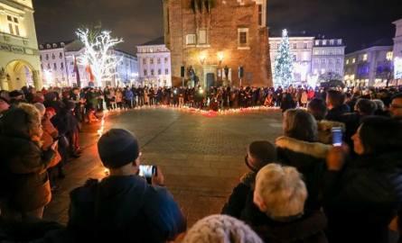 Największe serce świata dla Pawła Adamowicza. Akcja w Krakowie i w całej Polsce [ZDJĘCIA]