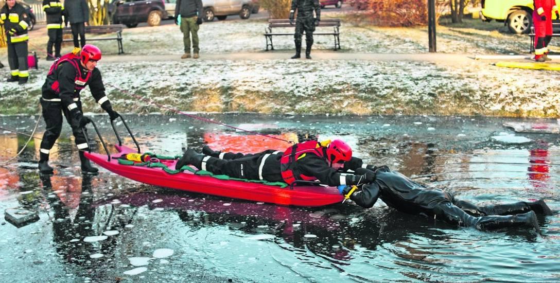 Profesjonalne podejście do tonącego pod lodem, w wykonaniu ratowników z Białogardu. Tym razem wykorzystali specjalną deskę lodową do ratowania