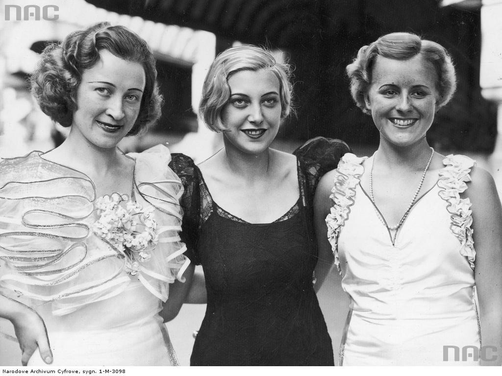 Miss Polonia Maria Żabkiewiczówna (z lewej), Miss Danii i Miss Norwegi w Paryżu przed wyjazdem do Anglii na wybory Miss Europy.